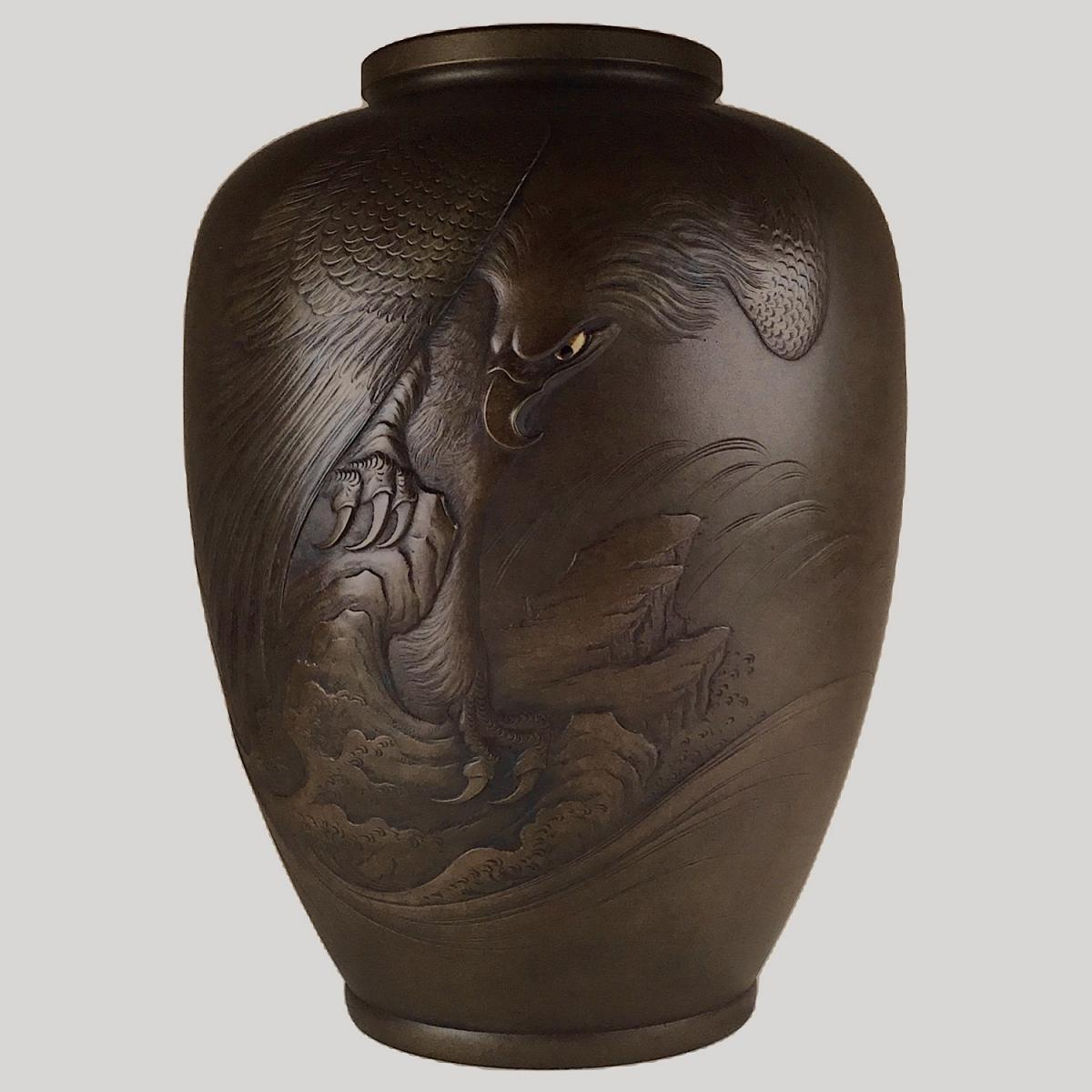 Japanese bronze vase with eagle signed Shuho Koku 秀峰刻, late Meiji Period