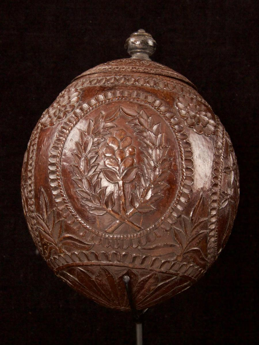 Carved and decorated coconut_d