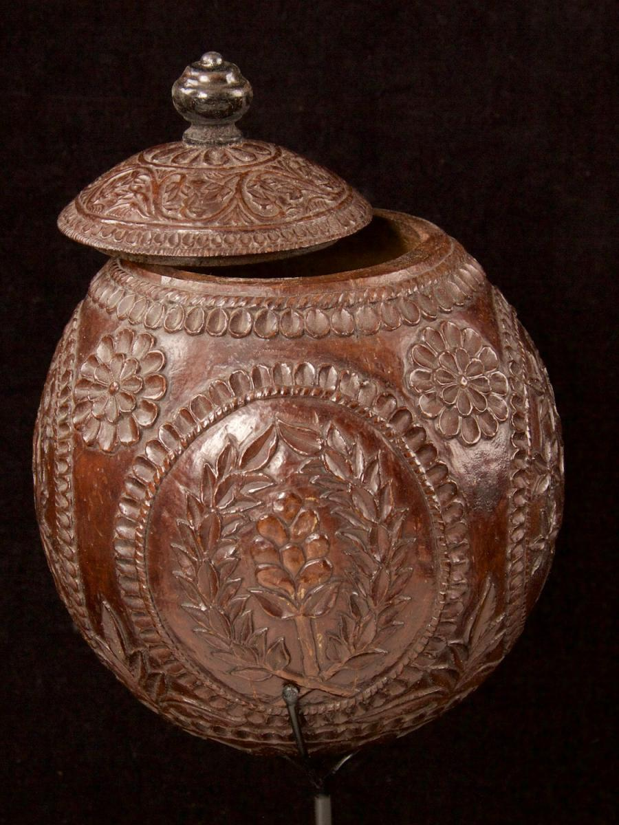 Carved and decorated coconut_f