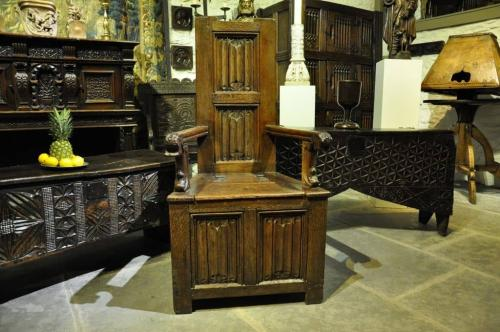 16TH CENTURY ENGLISH OAK BOX SEATED LINENFOLD CAQUETEUSE TYPE ARMCHAIR. CIRCA 1570.