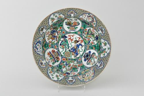 A LARGE AND FINE FAMILLE VERTE DISH