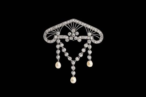Art Nouveau Brooch with Diamonds and Natural Pearls in Platinum, English circa 1890
