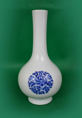 A blue and white pear-shaped vase Qing dynasty painted with lotus roundels. (5153)