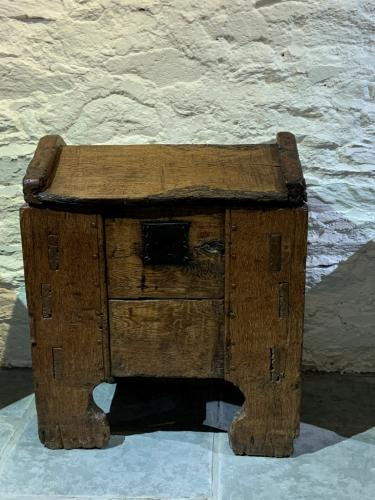 A RARE AND IMPORTANT 14TH CENTURY ENGLISH OAK CLAMP FRONT CHEST. HEREFORDSHIRE /SHROPSHIRE. CIRCA 1350-80.