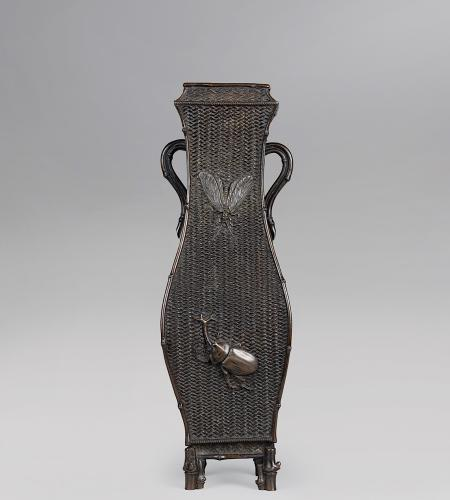 Japanese bronze vase cast as an ikebana basket signed Toun chu 渡雲鋳, Meiji Period.