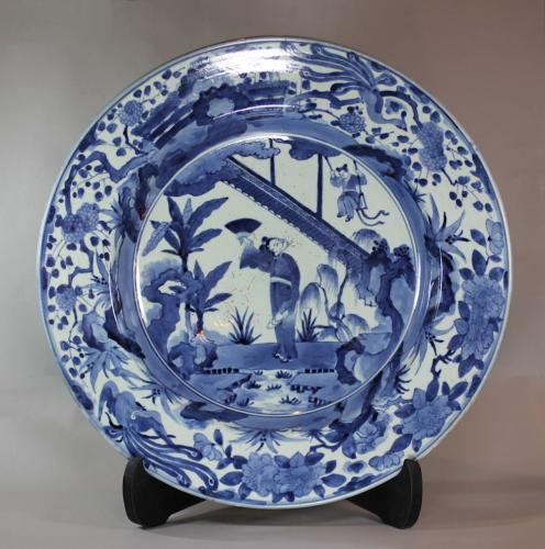 Magnificent Japanese blue and white Arita charger, 1690-1710